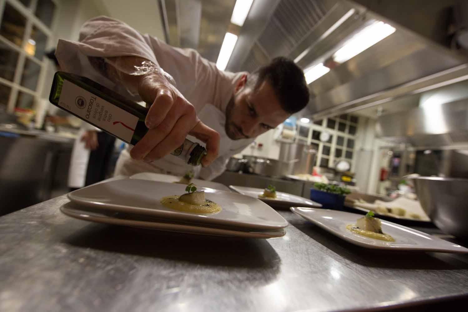 Chef con bottiglia di oliotoscanoigp