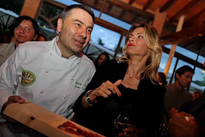 chef Simone Fracassi con Martina Colombari oliotoscanoigp.it
