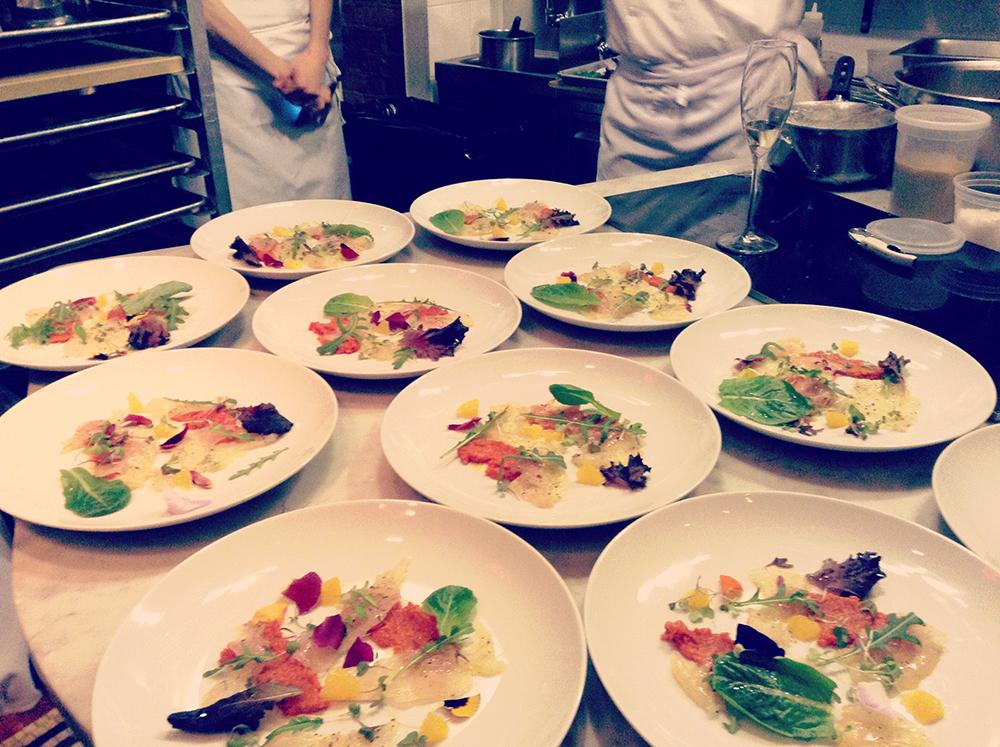 piatti con cibo su un tavolo