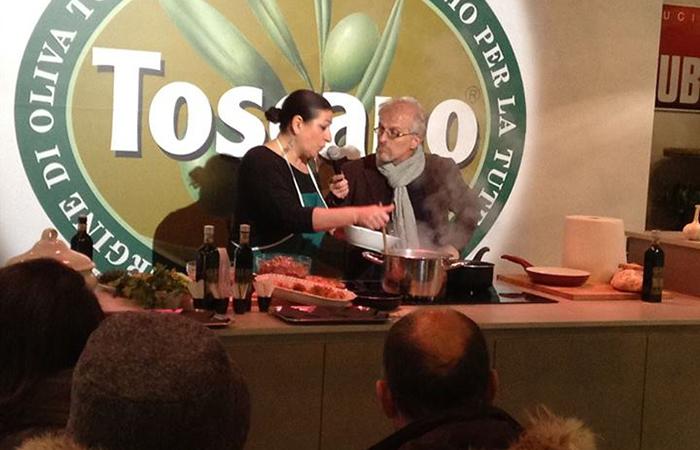 cuoca con Leonardo Romanelli al banco dell'Olio Toscano Igp