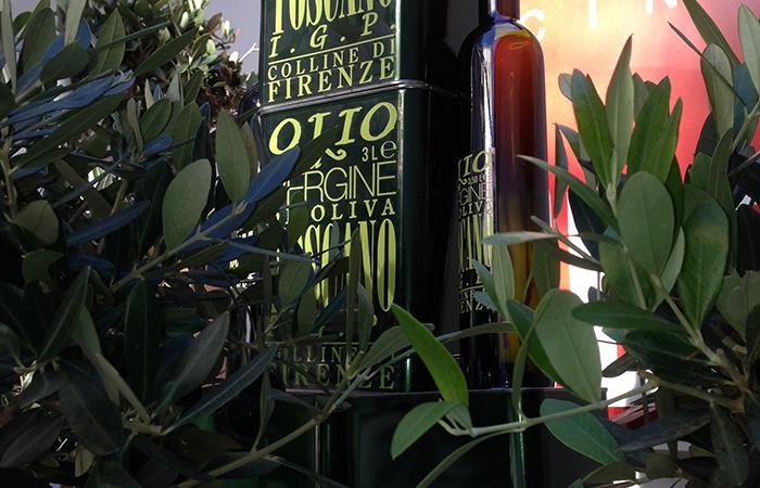 frasche di olivo con in mezzo l'Olio Toscano