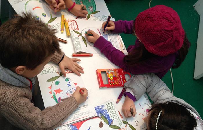 bambini a colorare l'oliva di olio toscano