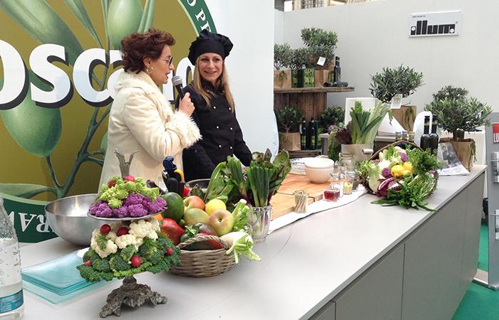 presentatrice con cuoca, verdure e olio toscano igp
