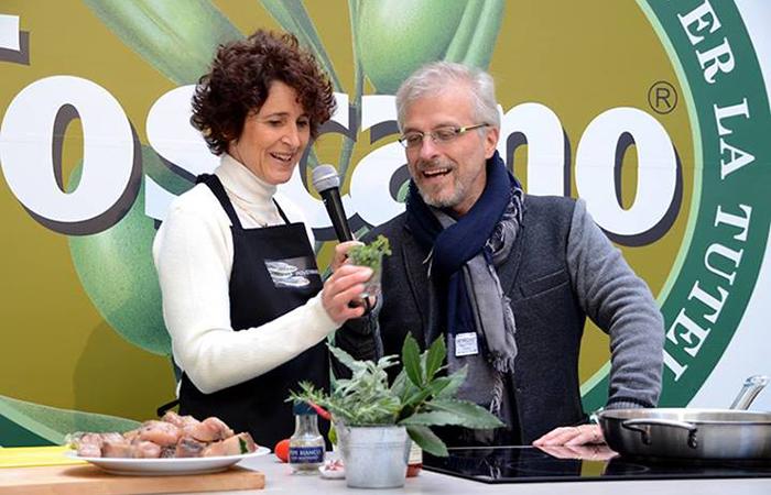 presentatrice con Leonardo Romanelli al tavolo di olio toscano igp
